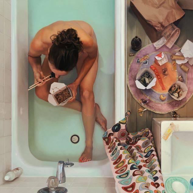 ragazza mangi sushi nella vasca