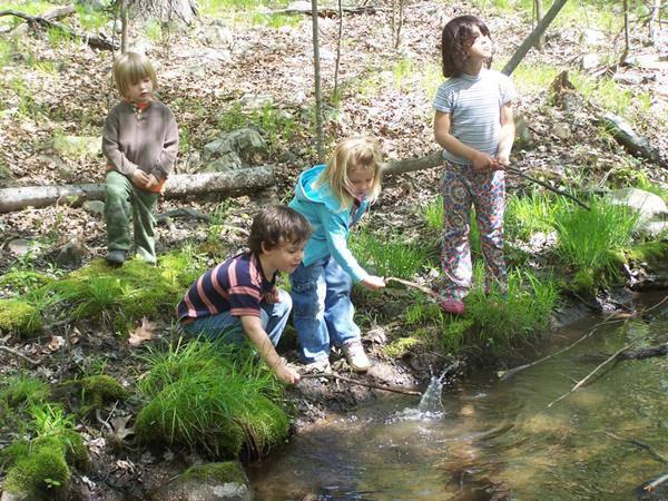 Lasciamo che i bambini si divertano liberamente nella natura