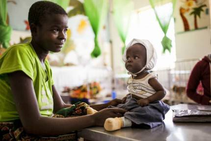 donna in africa con bimbo