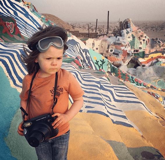 bimbo fotografo nel mar rosso