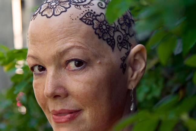 donna con tatuaggio in testa