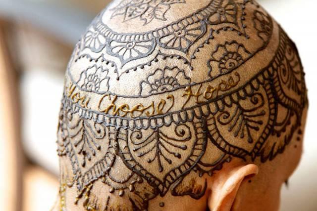 testa tatuata hennè