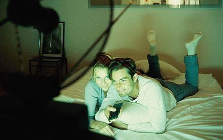 Chi ha detto che il televisore in camera da letto non aiuta l'intimità di coppia? Un'indagine dice il contrario!