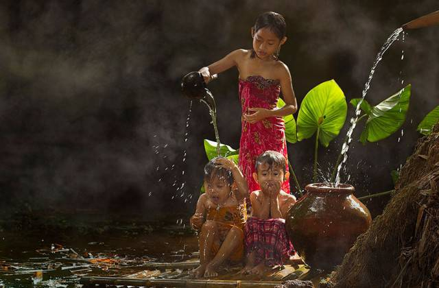 Bambini in armonia con la natura: le foto dei villaggi indonesiani FOTO