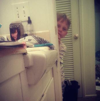 bimbo guarda mamma in bagno