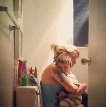 bimba in bagno con la mamma