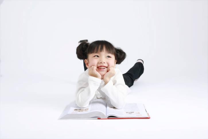 bambina con libro sognante