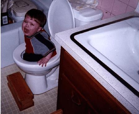bimbo nel wc