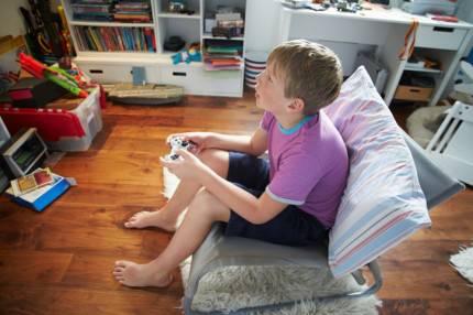 bambino che gioca ai videogames