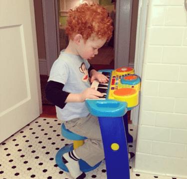 bimbo gioca in bagno
