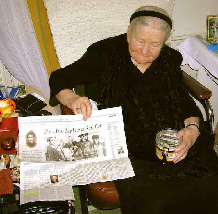 Irena Sendler nel 2007 con un barattolo