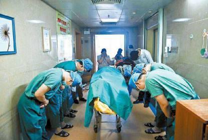medici si inchinano