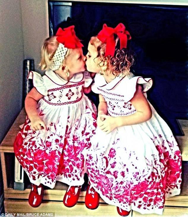 sorelline che si baciano