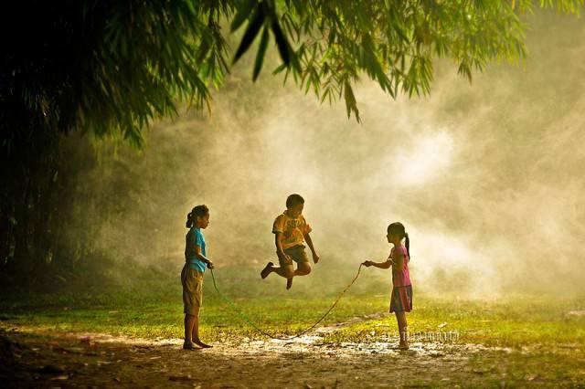 bimbi giocano corda