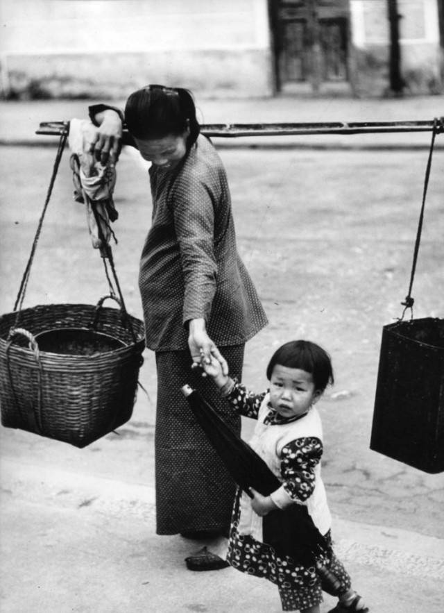 mamma cinese tiene per mano figlia