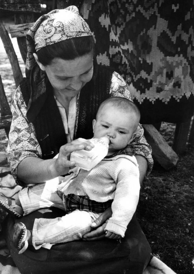madre dà biberon figlio