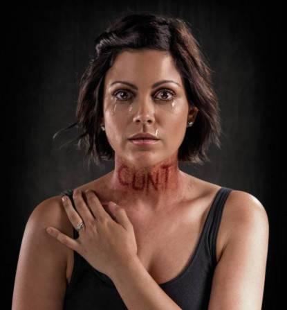 Donna con la parola Stronza sul collo
