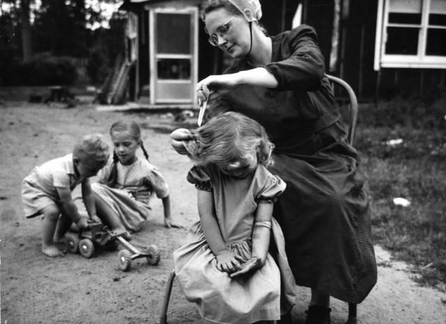donna taglia capelli figlia