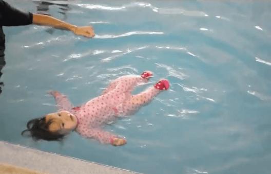 bimba di 8 mesi galleggia