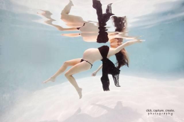 donna acrobazie in acqua