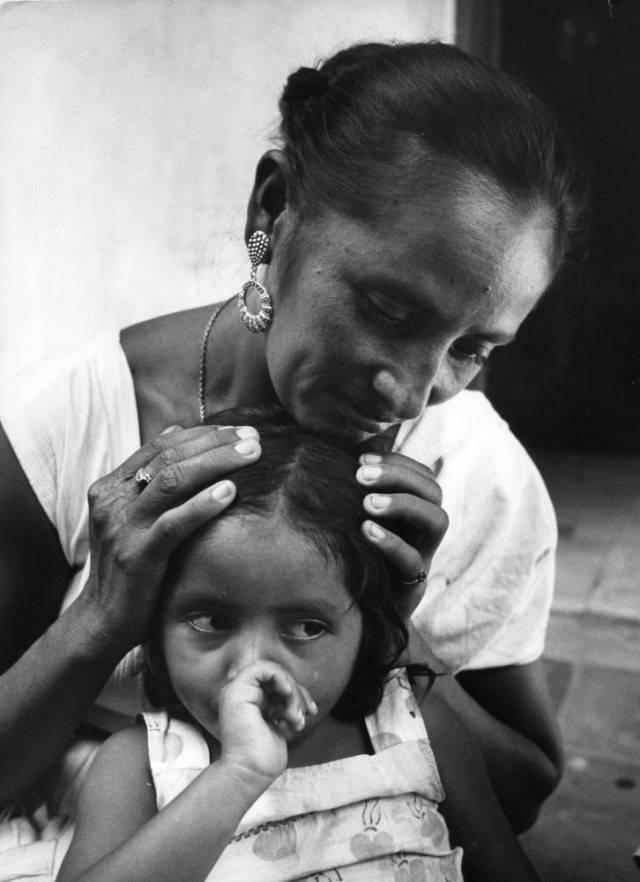 madre e figlia dito in bocca
