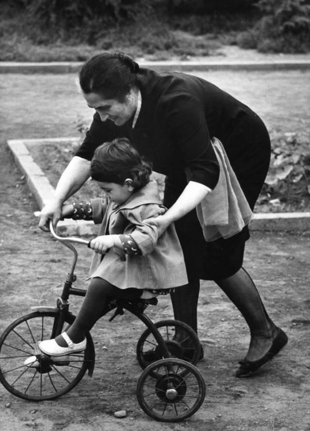 donna con bambina in bici