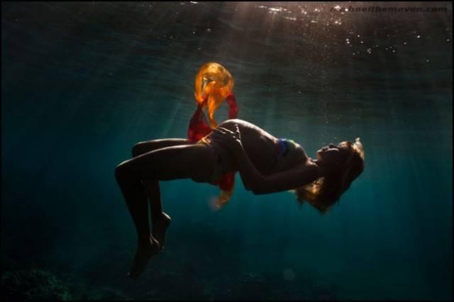 mamma incinta in acqua