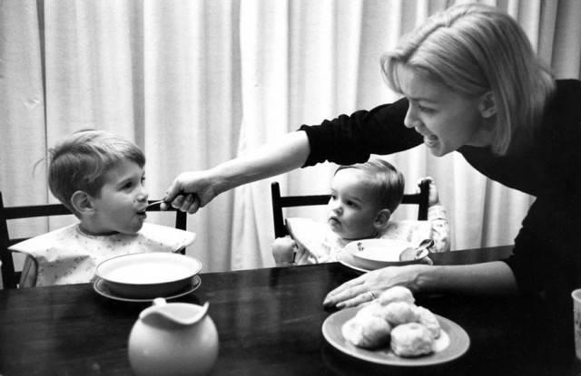 mamma dà cibo figli