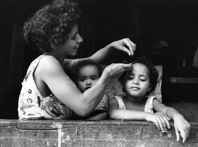 madre aggiusta capelli figlia