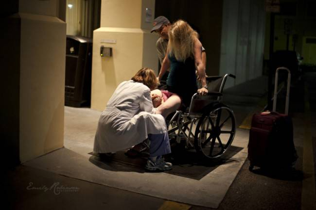 donna partorisce su marciapiede