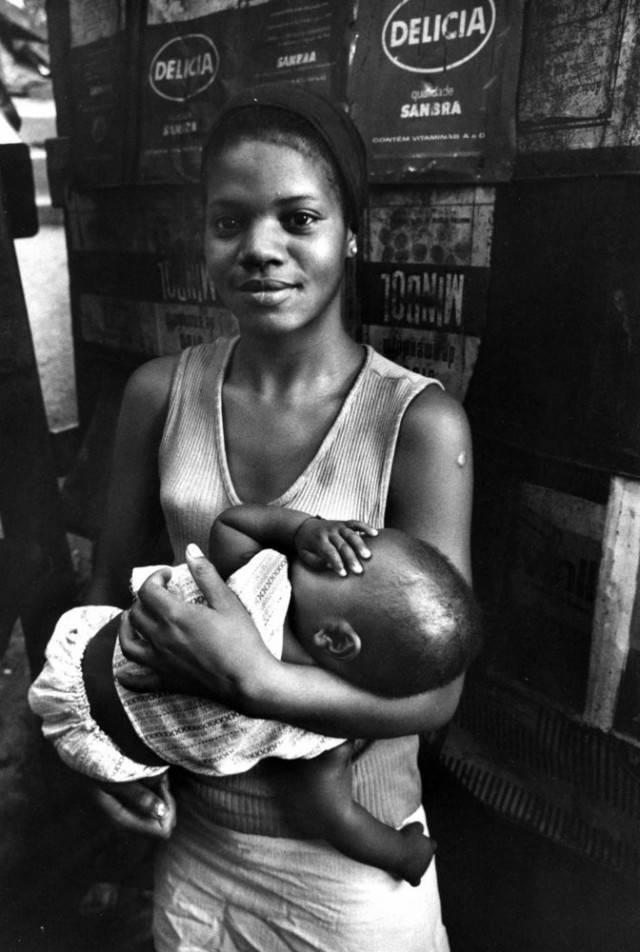 madre con neonato in braccio