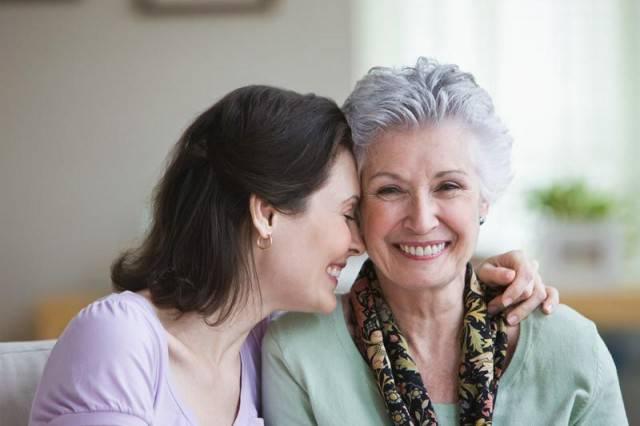 donna con madre anziana