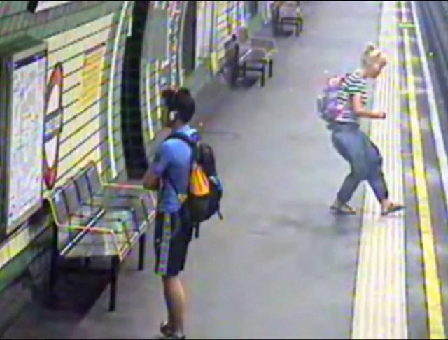 madre corre sui binari metro