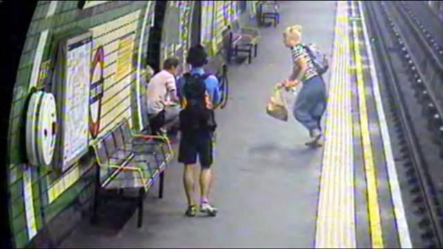 donna sui binari metro