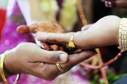 mani durante una cerimonia hindu