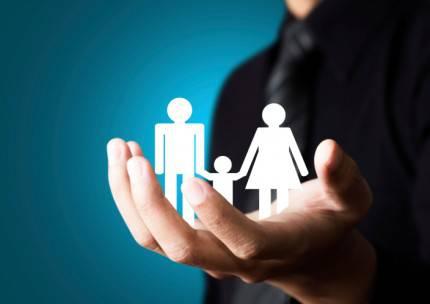immagine astratta della famiglia tenuta da una mano maschile