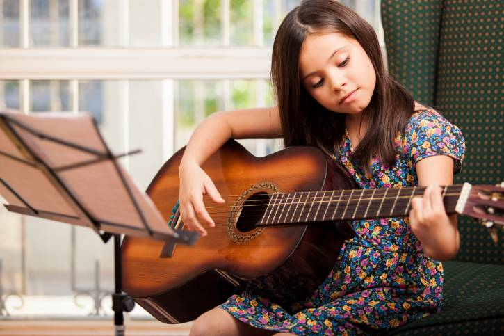 bambina che suona la chitarra