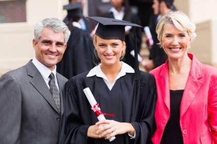 giovane laureata con i genitori