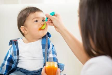 mamma dà da mangiare al suo bimbo