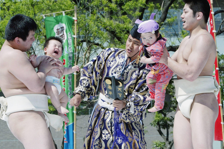lottatori di sumo con bambiniti