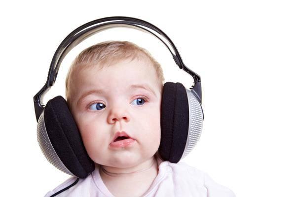 bambino ascolta musica