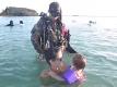 bimba e padre in acqua