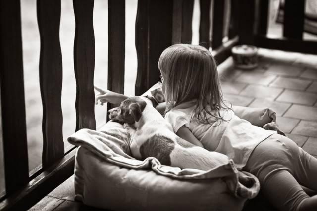 bimba insieme cagnolino