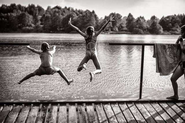 bimbi saltano in un lago