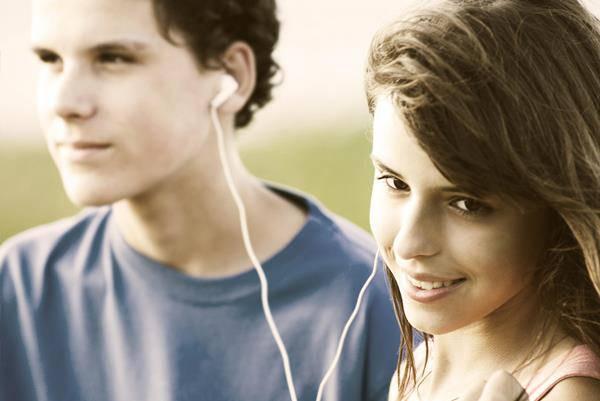 due ragazzi ascoltano musica