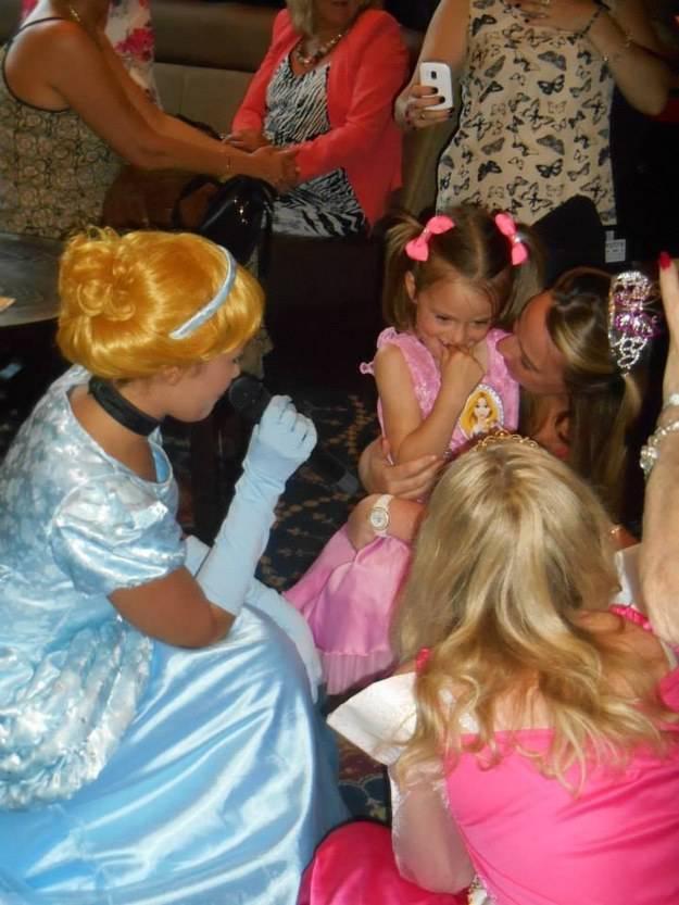 bambina emozionata davanti alle principesse disney mascherate
