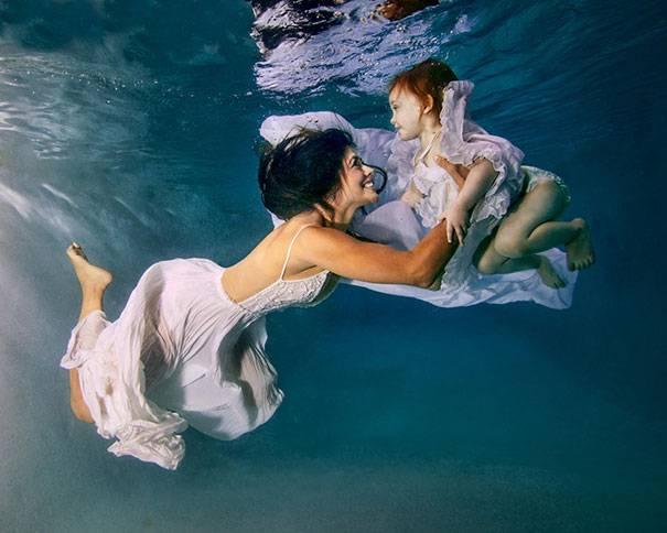 madre e figlia in acqua