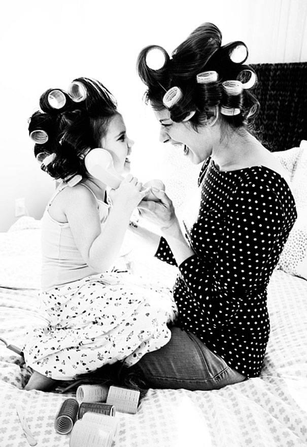 figlia e mamma con bigodini