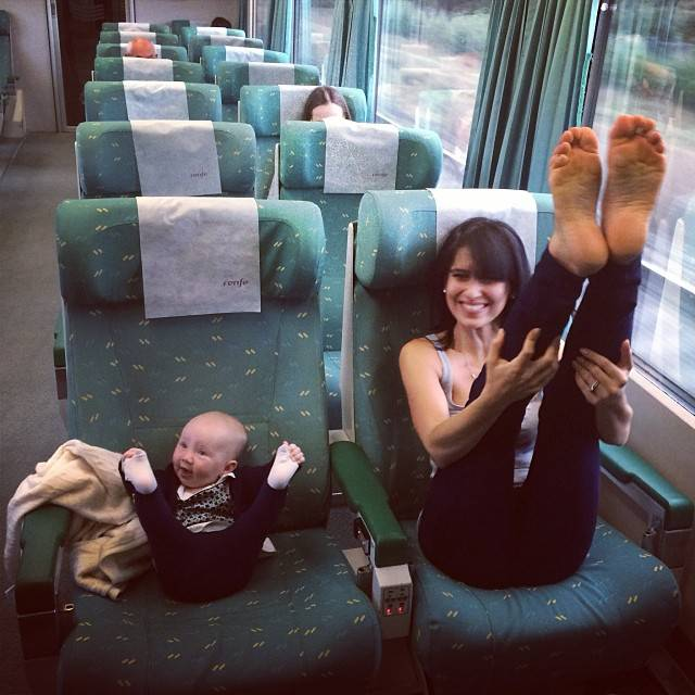 mamma e figlia che fanno stretching in treno