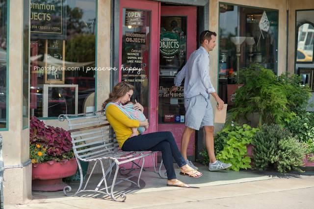 donna allatta su una panchina